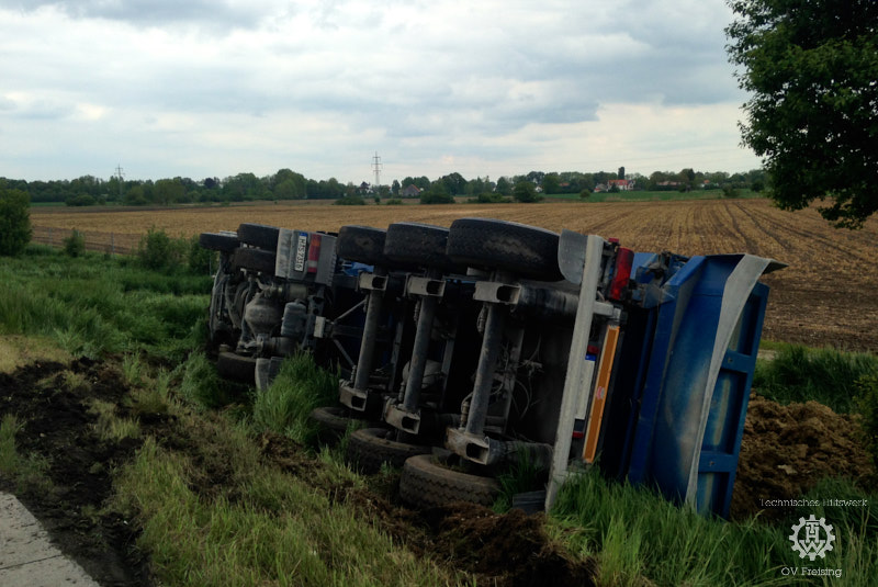 Radladereinsatz nach LKW-Unfall