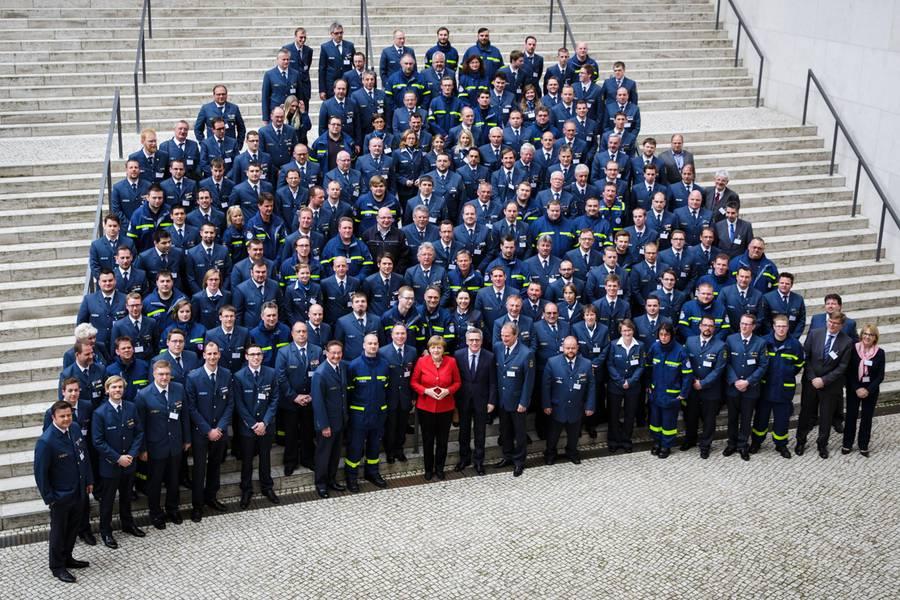 Bundeskanzlerin und Bundesinnenminister empfangen THW-Kräfte in Berlin