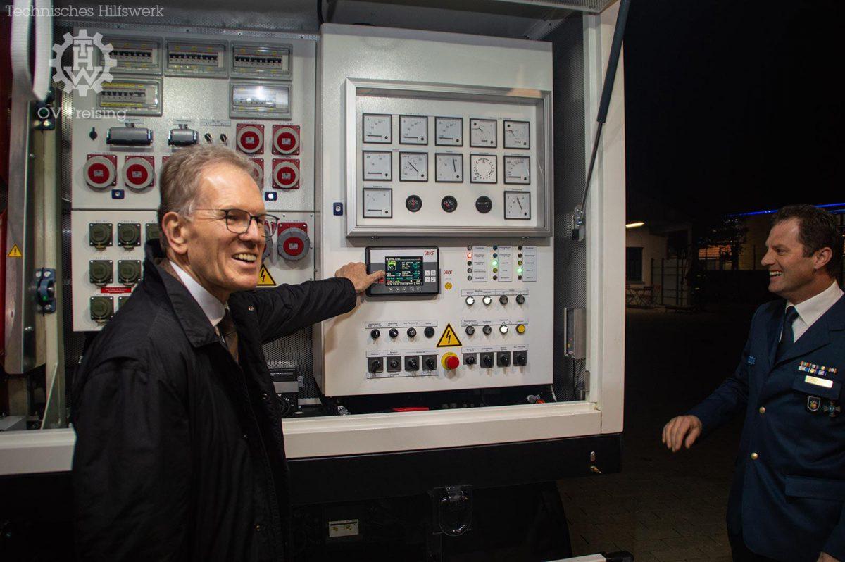 Landrat übergibt neue Netzersatzanlage 250kVA an das THW Freising