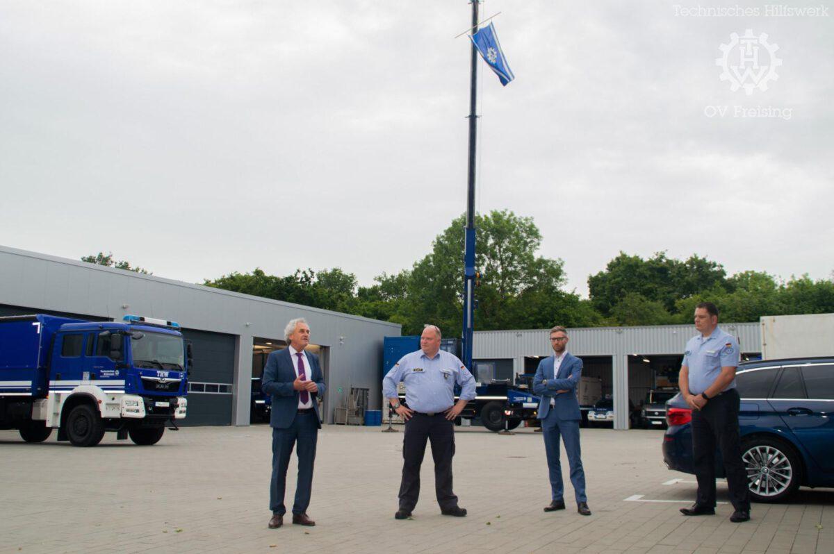 Landrat Helmut Petz besichtigt  Corona-Logistikzentrale und THW Freising