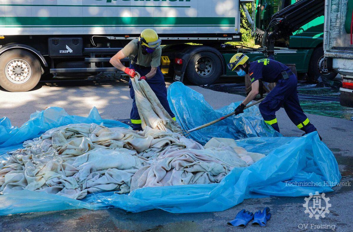 THW Freising unterstützt Umladearbeiten an einem mit Tierhäuten beladenen LKW