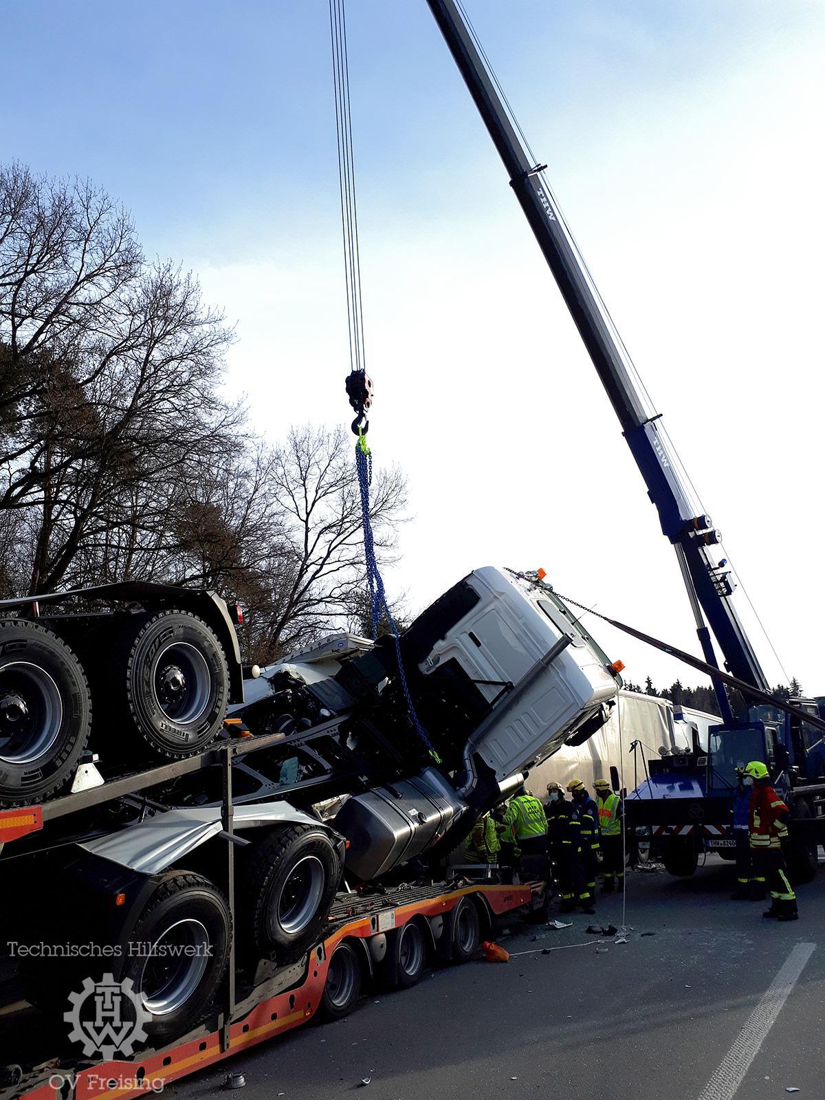 THW Freising unterstützt nach schwerem LKW-Unfall auf BAB A9