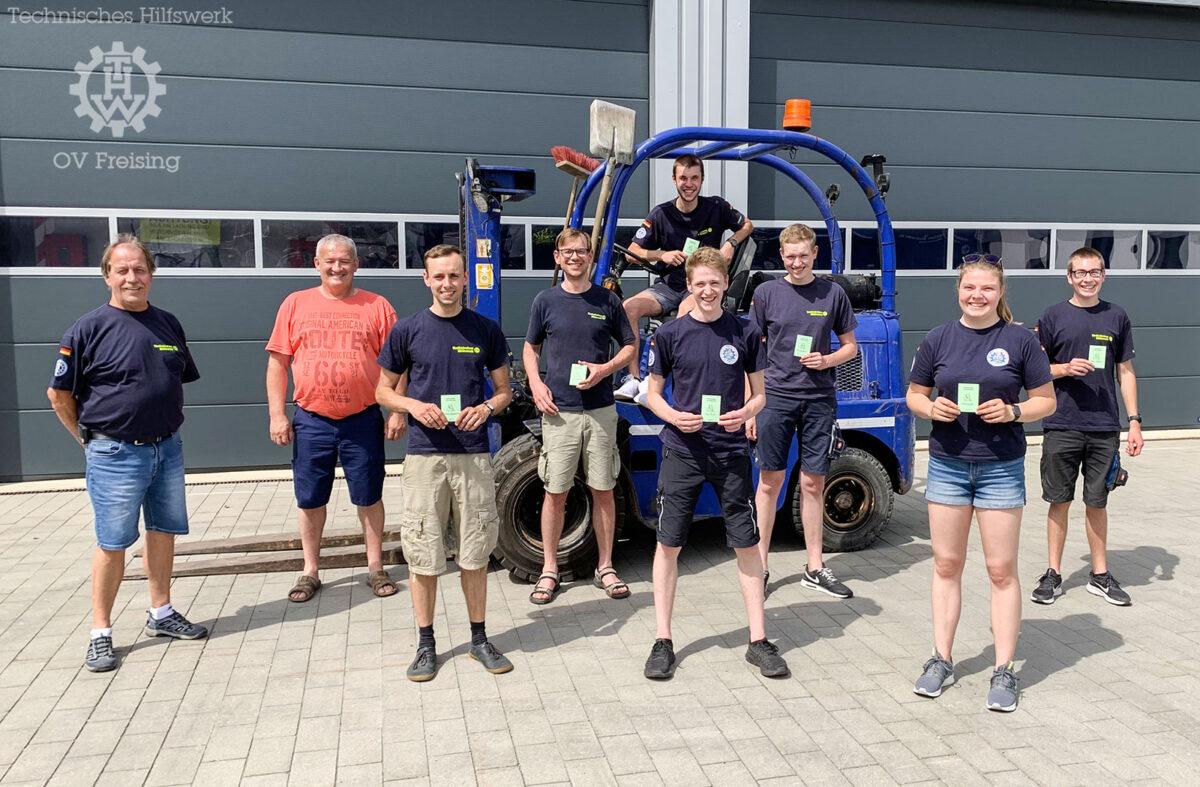 Sechs neue Flurförderzeugführer und eine neue Flurförderzeugführerin im Ortsverband