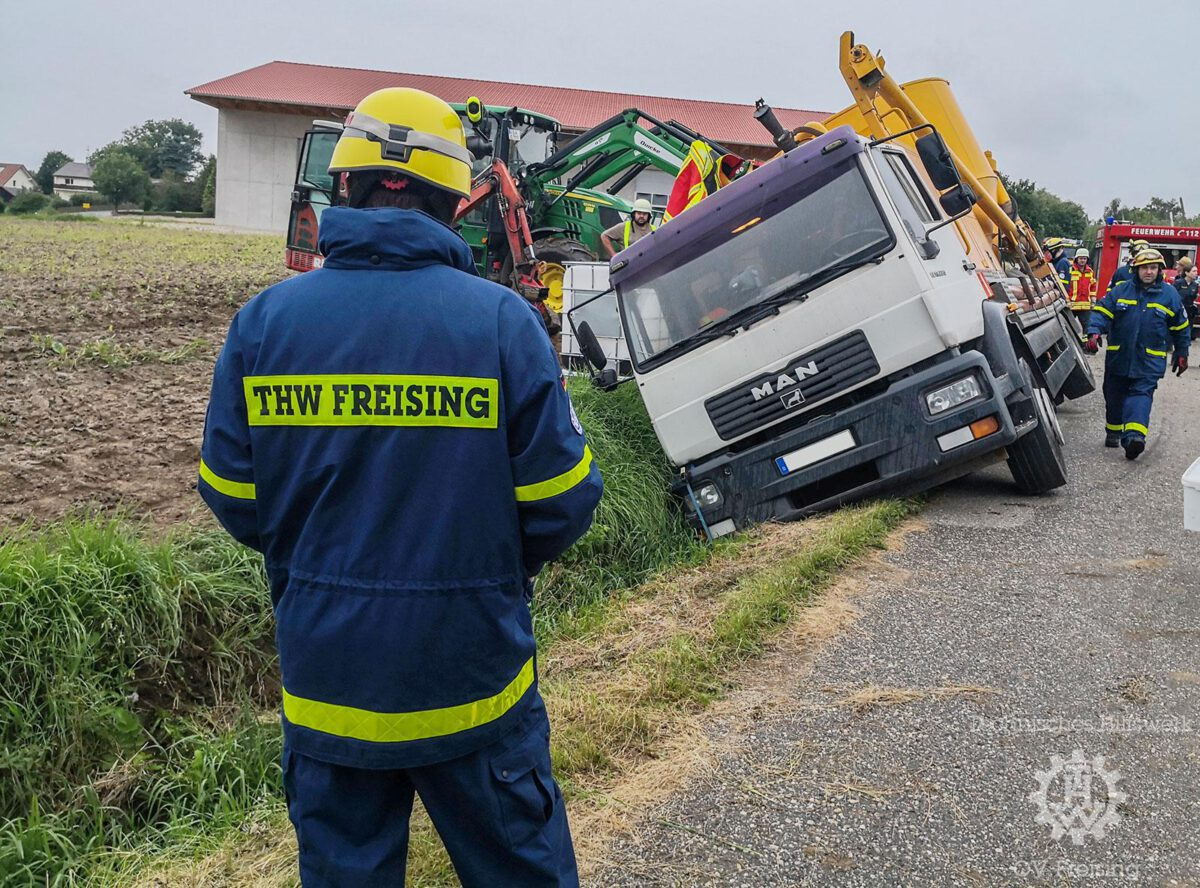 LKW auf Abwegen sorgt für Einsatz der in Freising geblieben Einsatzkräfte